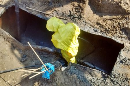 Tankreiniging ondergrondse tank met veiligheidsmiddelen.jpg